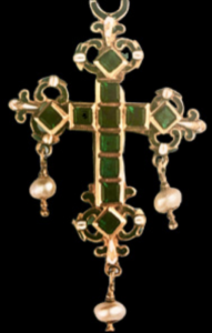 Cruz francesa siglo XVII con esmeraldas engastadas en oro y esmalte blanco y negro con perlas colgando.
